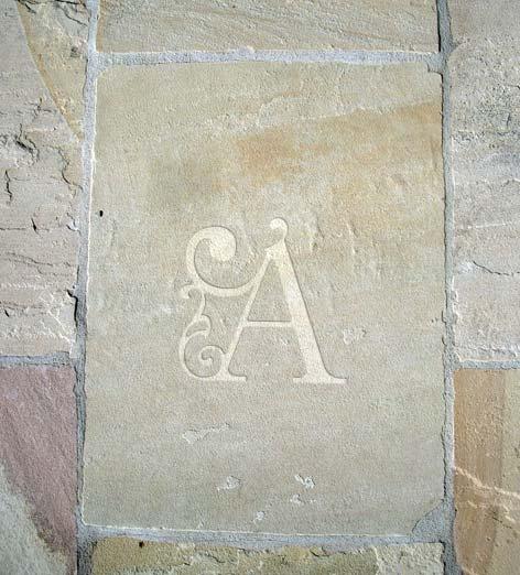 Monogramme Initiale sablée dans la pierre