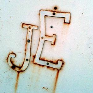 Monogramme en métal sur une porte