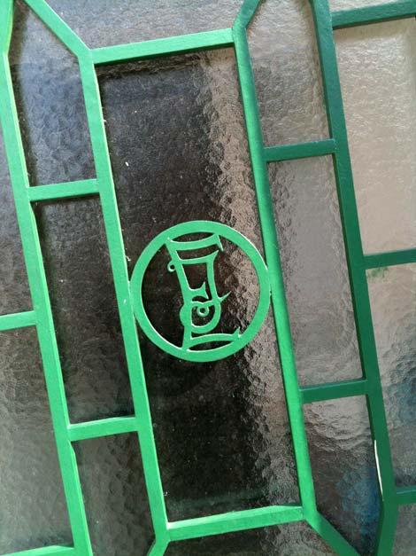 Monogramme fer forge sur la porte d'une maison