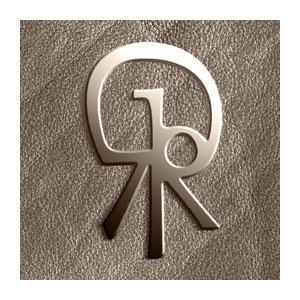 Monogramme en métal sur article en cuir